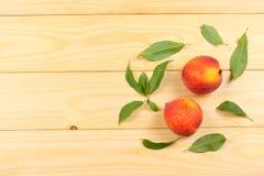 ροδάκινο Φρούτα με το πράσινο φύλλο στον ξύλινο πίνακα Τοπ άποψη με το διάστημα αντιγράφων στοκ εικόνες με δικαίωμα ελεύθερης χρήσης