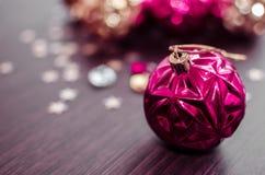 Ροδανιλίνης σφαίρα Χριστουγέννων στο υπόβαθρο bokeh των διακοσμήσεων Χριστουγέννων Στοκ Εικόνες