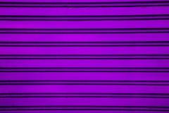 Ροδανιλίνης υπόβαθρο πορτών παραθυρόφυλλων κυλίνδρων χάλυβα (πόρτα γκαράζ με στοκ εικόνες