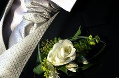 Ροδαλή μπουτονιέρα νεόνυμφων, ασημένιος δεσμός και μαύρη ακολουθία στοκ εικόνες με δικαίωμα ελεύθερης χρήσης
