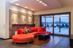 Ροδοκόκκινο σπίτι - κόκκινος καναπές Στοκ φωτογραφία με δικαίωμα ελεύθερης χρήσης