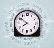 Ρολόγια με την εργασία και την προθεσμία γύρω από το γράψιμο Στοκ εικόνες με δικαίωμα ελεύθερης χρήσης