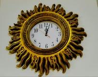 Ρολόι ήλιων με τις χρυσές ακτίνες Στοκ φωτογραφία με δικαίωμα ελεύθερης χρήσης