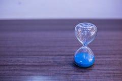 ρολόι ανασκόπησης που αγκαλιάζει τις γκρίζες γυναίκες στομαχιών άμμου κλεψυδρών χρωματισμένες άνδρας έγκυες Στοκ Εικόνες
