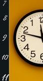 ρολόι ανασκόπησης που απομονώνεται πέρα από το λευκό τοίχων Μόνο ένα μισό με τη διαταγή των αριθμών που αναστρέφονται Στοκ εικόνες με δικαίωμα ελεύθερης χρήσης
