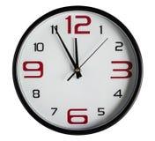 ρολόι ανασκόπησης που απομονώνεται πέρα από το λευκό τοίχων Στοκ Εικόνες