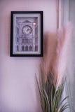 ρολόι ανασκόπησης που απομονώνεται πέρα από το λευκό τοίχων Στοκ φωτογραφία με δικαίωμα ελεύθερης χρήσης