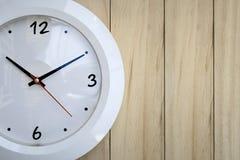 ρολόι ανασκόπησης που απομονώνεται πέρα από το λευκό τοίχων Στοκ Εικόνα