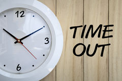 ρολόι ανασκόπησης που απομονώνεται πέρα από το λευκό τοίχων Στοκ Φωτογραφία