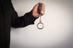 Ρολόι αλυσίδων εκμετάλλευσης ατόμων στο άσπρο υπόβαθρο Στοκ Φωτογραφία