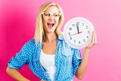 Ρολόι εκμετάλλευσης γυναικών που παρουσιάζει σχεδόν 12 Στοκ εικόνα με δικαίωμα ελεύθερης χρήσης