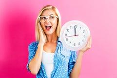 Ρολόι εκμετάλλευσης γυναικών που παρουσιάζει σχεδόν 12 Στοκ φωτογραφία με δικαίωμα ελεύθερης χρήσης