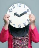 Ρολόι εκμετάλλευσης μικρών κοριτσιών Στοκ Φωτογραφία