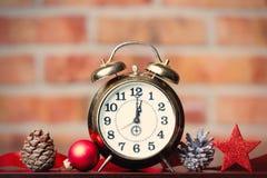 Ρολόι και κορδέλλα Χριστουγέννων Στοκ φωτογραφία με δικαίωμα ελεύθερης χρήσης
