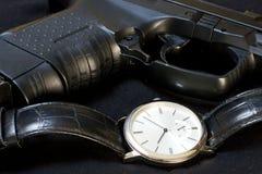Ρολόι και πυροβόλο όπλο στοκ φωτογραφία με δικαίωμα ελεύθερης χρήσης
