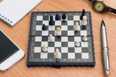 Ρολόι και σημειωματάριο τηλεφωνικού σκακιού στον πίνακα Στοκ εικόνες με δικαίωμα ελεύθερης χρήσης