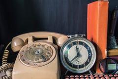 Ρολόι και τηλέφωνο στο δωμάτιο στοκ εικόνες