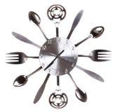 Ρολόι κουζινών με τα κουτάλια και τα δίκρανα. Έννοια. Χρονικά περάσματα στην κουζίνα Στοκ Εικόνες