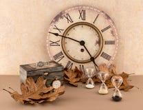 Ρολόι, κλεψύδρες, Wristwatch, και Pocketwatch με τα φύλλα φθινοπώρου Στοκ Εικόνα