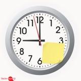 Ρολόι με μια κολλώδη σημείωση Στοκ φωτογραφία με δικαίωμα ελεύθερης χρήσης
