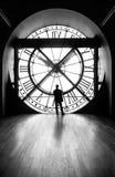 Ρολόι με μια σκιαγραφία ενός ατόμου, εικόνα b&w Στοκ Εικόνα