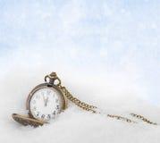 Ρολόι που βρίσκεται στο χιόνι πριν από το νέο έτος Στοκ φωτογραφία με δικαίωμα ελεύθερης χρήσης