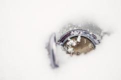 Ρολόι που βρίσκεται στο χιόνι όπως η ανασκόπηση είναι μπορεί θέμα απεικόνισης Χριστουγέννων χρησιμοποιούμενο Στοκ φωτογραφίες με δικαίωμα ελεύθερης χρήσης
