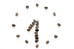 Ρολόι που γίνεται από τα φασόλια καφέ στο άσπρο υπόβαθρο, καφές αγάπης στοκ εικόνα