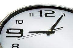 Ρολόι που παρουσιάζει 5 προηγούμενα 9, αργά για την εργασία στοκ εικόνα