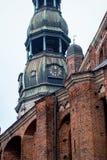 Ρολόι πύργων της διάσημης εκκλησίας του ST Peter, παλαιά πόλη, Ρήγα, Λετονία Στοκ Φωτογραφία