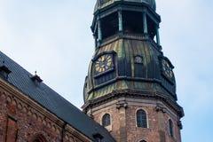 Ρολόι πύργων της διάσημης εκκλησίας του ST Peter, παλαιά πόλη, Ρήγα, Λετονία Στοκ Εικόνες