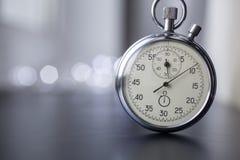 Ρολόι σε ένα μουτζουρωμένο υπόβαθρο στοκ φωτογραφία