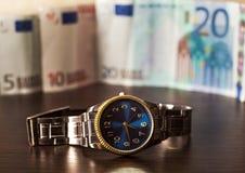 Ρολόι στα πλαίσια των τραπεζογραμματίων Στοκ Φωτογραφίες