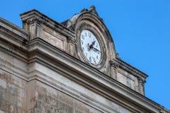 Ρολόι στην προεξοχή ενός κτηρίου Στοκ Εικόνες