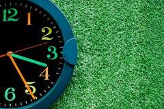 Ρολόι στην τεχνητή χλόη Στοκ φωτογραφία με δικαίωμα ελεύθερης χρήσης