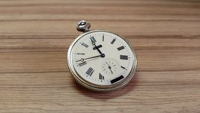 Ρολόι στον ξύλινο τοίχο, 12 ώρες απόθεμα βίντεο