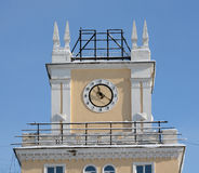 Ρολόι στον πύργο του κτηρίου Στοκ φωτογραφία με δικαίωμα ελεύθερης χρήσης