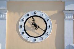 Ρολόι στον τοίχο ενός κτηρίου Στοκ εικόνες με δικαίωμα ελεύθερης χρήσης
