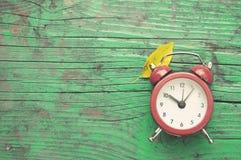 Ρολόι στο ξύλινο πάτωμα Στοκ Εικόνες