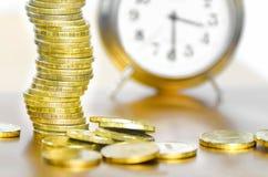 Ρολόι συναγερμών και χρήματα Στοκ εικόνα με δικαίωμα ελεύθερης χρήσης