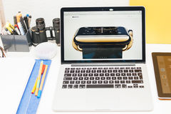Ρολόι της Apple ενάρξεων της Apple, αμφιβληστροειδής MacBook και ιατρική έρευνα Στοκ Εικόνες