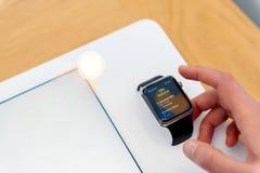 Ρολόι της Apple που εξετάζεται από τη γυναίκα πρίν αγοράζει Στοκ φωτογραφία με δικαίωμα ελεύθερης χρήσης