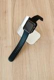 Ρολόι της Apple στη στάση στον ξύλινο πίνακα Στοκ φωτογραφία με δικαίωμα ελεύθερης χρήσης