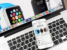 Ρολόι της Apple στο iPhone 6 και την επίδειξη Macbook Στοκ Φωτογραφίες