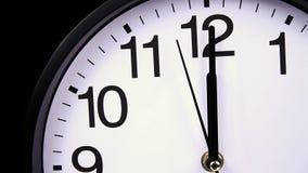 Ρολόι τοίχων σε μια μαύρη κινηματογράφηση σε πρώτο πλάνο 00:00 φιλμ μικρού μήκους