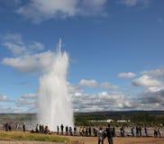 Ρολόι τουριστών μια geyser έκρηξη στην Ισλανδία Στοκ φωτογραφίες με δικαίωμα ελεύθερης χρήσης