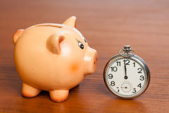 Ρολόι τσεπών και μια piggy τράπεζα Στοκ εικόνες με δικαίωμα ελεύθερης χρήσης