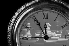 Ρολόι τσεπών με τα κομμάτια σκακιού Στοκ Εικόνες