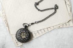 Ρολόι τσεπών στο παλαιό υπόβαθρο εγγράφου Στοκ Εικόνες
