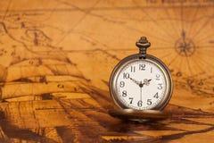 Ρολόι τσεπών στο παλαιό υπόβαθρο χαρτών, εκλεκτής ποιότητας ύφος Στοκ φωτογραφία με δικαίωμα ελεύθερης χρήσης